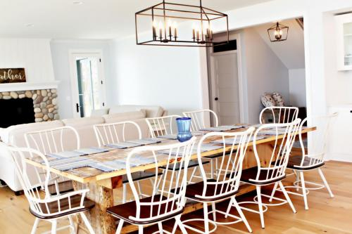 seating for 10 at the table